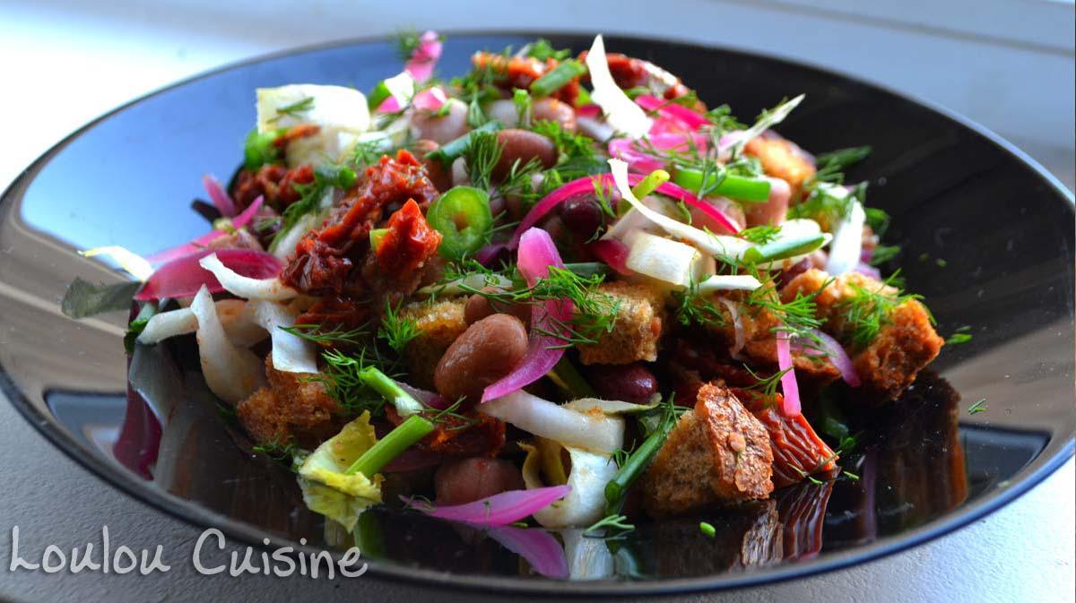Salata de fasole cu ceapa rosie si crutoane
