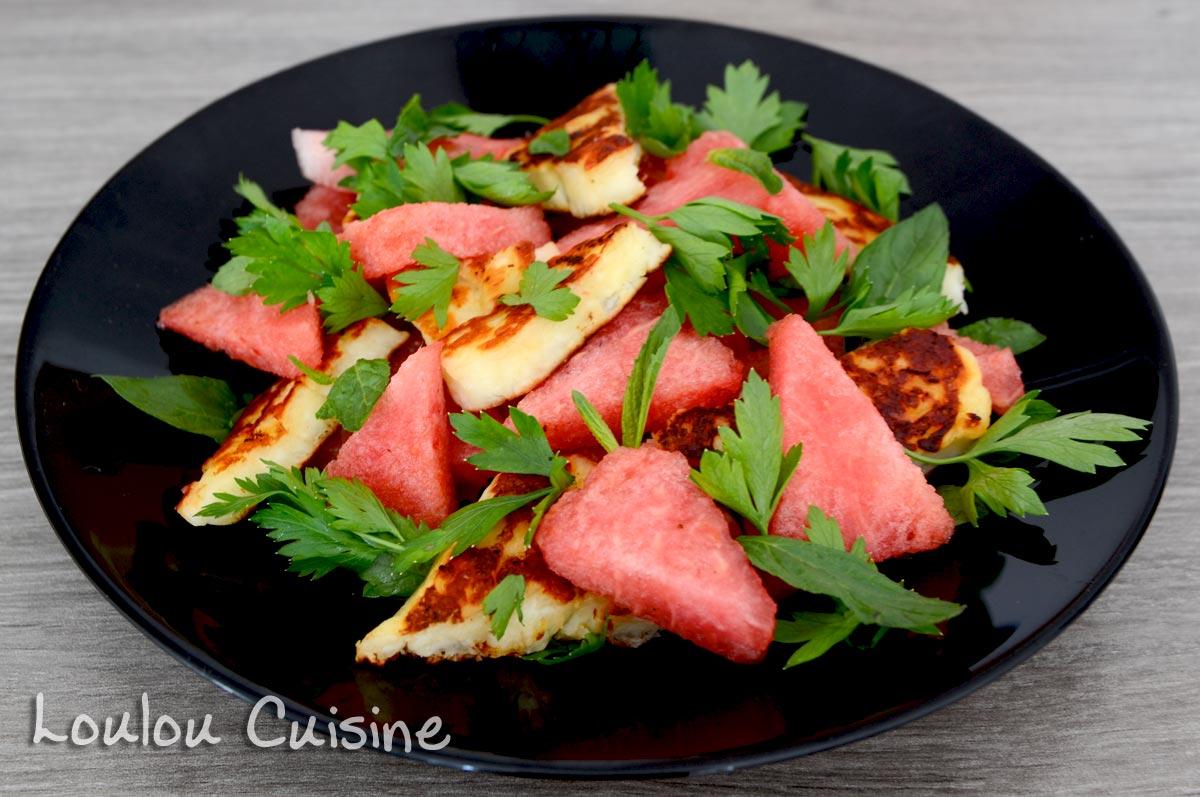 Salata cu branza halloumi, pepene si ierburi aromate