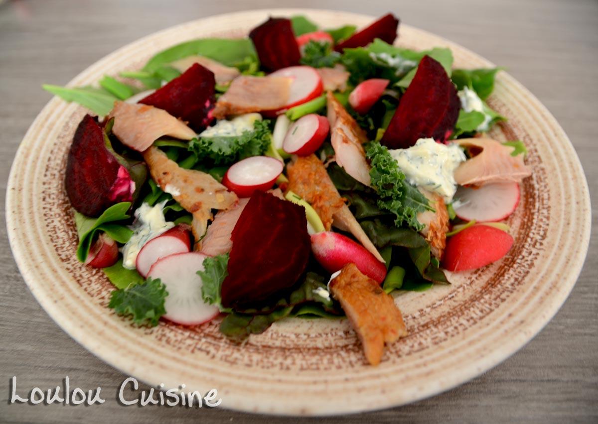 Salata de pastrav afumat cu sos de hrean