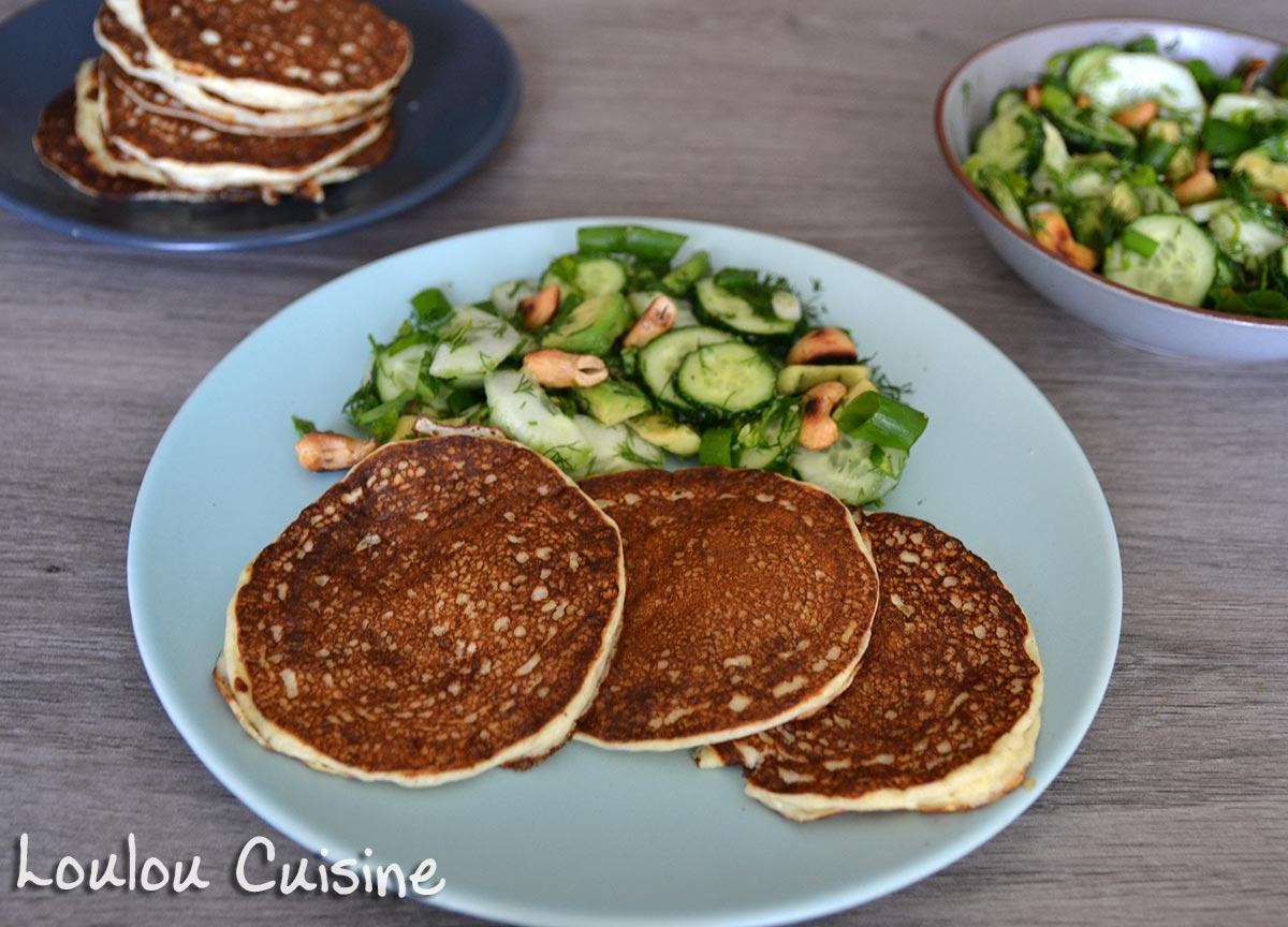 Pancakes cu ricotta si parmezan alaturi de salata de avocado si castravete